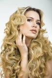 Mujer rubia de la belleza con cierre largo del pelo rizado para arriba Imagenes de archivo