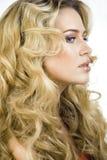 Mujer rubia de la belleza con cierre largo del pelo rizado para arriba Fotografía de archivo