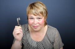 Mujer con llave imágenes de archivo libres de regalías