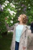 Mujer rubia de la belleza en parque Primavera Foto de archivo