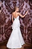 Novia atractiva hermosa en el vestido de boda blanco Imagenes de archivo