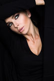 Mujer rubia de las bellezas sobre ojos verdes en el suéter negro y el retrato rojo voluptuoso de la boca Fotografía de archivo libre de regalías