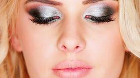 Mujer rubia de ojos azules pensativa atractiva con almacen de metraje de vídeo