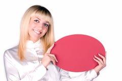 Mujer rubia de risa con una tarjeta Imagen de archivo