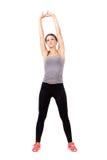 Mujer rubia del ajuste deportivo joven que estira los brazos y detrás Fotografía de archivo libre de regalías