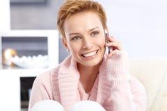 Mujer rubia del pelo corto en la sonrisa de la llamada de teléfono Fotos de archivo