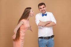Mujer rubia del pelo largo joven loco en la situación rosada del vestido y el sc fotografía de archivo