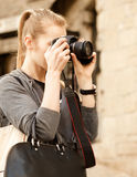 Mujer joven del viajero que sostiene la cámara Fotografía de archivo