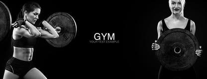 Mujer rubia deportiva y apta con pesa de gimnasia que ejercita en el fondo negro para permanecer apto Motivación del entrenamient imagenes de archivo
