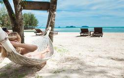 Mujer rubia dormida en una hamaca. Imagen de archivo