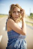 Mujer rubia el día de verano Fotos de archivo