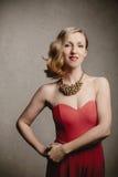 Mujer rubia elegante en desgaste de la tarde Imagenes de archivo