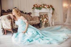 Mujer rubia embarazada de la moda de lujo en un vestido de boda boda imagen de archivo
