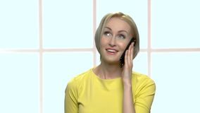 Mujer rubia emocional feliz que habla en el teléfono celular metrajes
