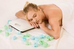 Mujer rubia en balneario que soña en escalas del peso foto de archivo
