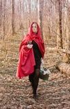 Mujer rubia en bosque imagen de archivo libre de regalías