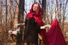 Mujer rubia en bosque fotos de archivo