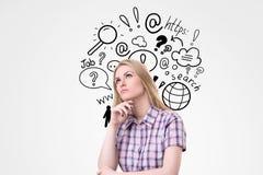 Mujer rubia en camisa a cuadros cerca de iconos de la búsqueda de Internet Foto de archivo