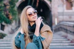 Mujer rubia en de las gafas de sol paseo de la ciudad al aire libre Imágenes de archivo libres de regalías