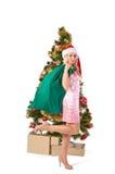 Mujer rubia en el sombrero de santa con el bolso del regalo Foto de archivo libre de regalías