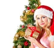 Mujer rubia en el sombrero de santa con el bolso del regalo Fotos de archivo
