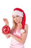 Mujer rubia en el sombrero de santa con la bola de la Navidad Fotos de archivo libres de regalías