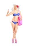 Mujer rubia en el traje de baño que da un pulgar para arriba Imagen de archivo libre de regalías