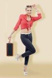 mujer rubia en estilo retro con la maleta Imágenes de archivo libres de regalías
