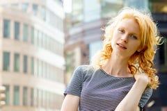 Mujer rubia en fondo urbano Imagen con el espacio para el texto Fotografía de archivo