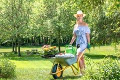 mujer rubia en jardín en primavera foto de archivo libre de regalías