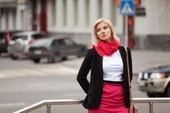 Mujer rubia en la calle de la ciudad Fotos de archivo
