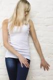 Mujer rubia en la camiseta blanca Fotos de archivo libres de regalías