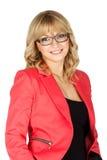 Mujer rubia en la chaqueta roja que mira en la cámara (aislada en blanco) imagen de archivo libre de regalías