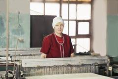Mujer rubia en la fábrica Fotos de archivo libres de regalías