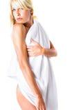 Mujer rubia en la toalla blanca Imágenes de archivo libres de regalías