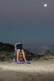Mujer rubia en las medias del modelo que realizan estiramiento posterior en la noche Fotografía de archivo libre de regalías