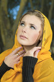 Mujer rubia en pañuelo Imagenes de archivo