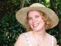 Mujer rubia en sombrero de paja Fotografía de archivo