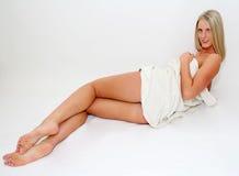 Mujer rubia en toalla Imagen de archivo