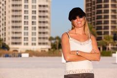Mujer rubia envejecida media atractiva en la playa imágenes de archivo libres de regalías