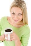 Mujer rubia feliz con café en el fondo blanco Imágenes de archivo libres de regalías