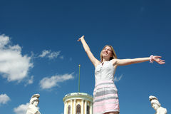 Mujer rubia feliz con los brazos aumentados Fotografía de archivo