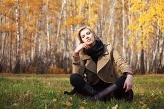 Mujer rubia feliz en bosque del otoño Imagen de archivo libre de regalías