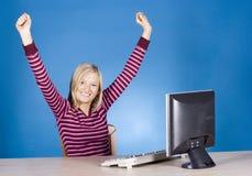 Mujer rubia feliz joven en el ordenador Fotos de archivo