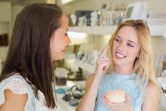 Mujer rubia feliz que aplica productos cosméticos Foto de archivo libre de regalías