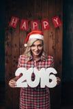 Mujer rubia feliz que lleva a cabo 2016 números Imagen de archivo