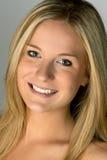 Mujer rubia Headshot sonriente imagen de archivo libre de regalías