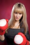 Mujer rubia hermosa atractiva en guantes de boxeo Imagen de archivo libre de regalías