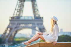 Mujer rubia hermosa cerca de la torre Eiffel imágenes de archivo libres de regalías