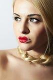 Mujer rubia hermosa con el corazón en los labios Imagen de archivo